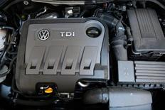 L'association allemande de défense des droits des consommateurs myRight a intenté mardi la première action en justice contre Volkswagen en Allemagne, faisant monter la pression pour que le groupe indemnise ses clients en Europe à la suite du scandale de manipulation des tests d'émission de gaz polluants. /Photo d'archives/REUTERS/Stefan Wermuth