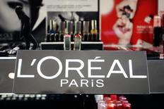 L'Oréal a annoncé mercredi le lancement d'une brosse connectée, nouvelle innovation technologique dans la beauté visant à séduire les jeunes consommateurs nés avec le digital. /Photo d'archives/REUTERS/Charles Platiau