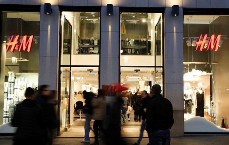 People walk past the windows of an H&M store in Barcelona, Spain, December 30, 2016. REUTERS/Regis Duvignau/Files
