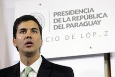 El ministro de Hacienda de Paraguay, Santiago Peña, habla durante una rueda de prensa en el Palacio de López en Asunción. 5 de enero de 2015.  Paraguay estudia emitir bonos en marzo por un monto que no superaría los 550 millones de dólares, recursos que usará para inversiones en infraestructura y pago de compromisos. REUTERS/Stringer