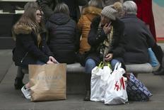 La economía británica terminó 2016 con un pie sólido y registró su crecimiento más veloz desde mediados de 2015, pese a que las empresas se enfrentaron a una de las alzas de costes más veloces en los últimos cinco años ante la debilidad de la libra esterlina tras el Brexit, mostró un sondeo de la industria. En la imagen compradores descansan en un banco en Oxford Street en Londres, Reino Unido, el 18 de diciembre de 2016. REUTERS/Neil Hall/Files
