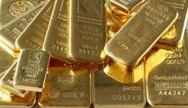 Imagen de archivo de unos lingotes de oro en Zúrich, nov 20, 2014. El oro alcanzó el jueves su máximo nivel en cuatro semanas ante el retroceso del dólar desde un récord en 14 años.REUTERS/Arnd Wiegmann