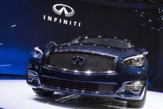 Nissan va suspendre le développement conjoint de voitures haut de gamme avec Daimler, immobilisant ainsi un projet central dans la collaboration entre les marques Infiniti et Mercedes-Benz. /Photo d'archives/REUTERS/Brendan McDermid