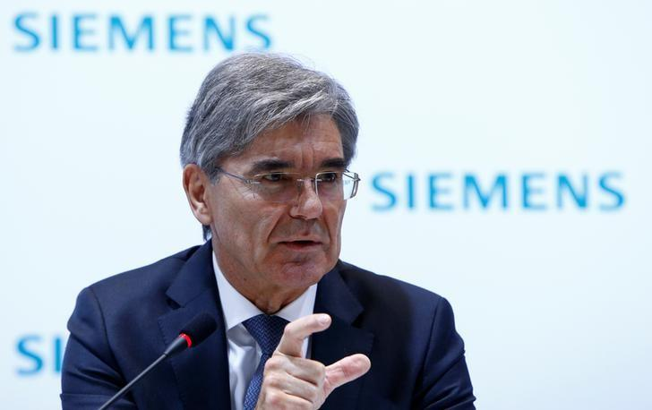 Siemens CEO Joe Kaeser gestures during the annual news conference in Munich, Germany November 10, 2016. REUTERS/Michaela Rehle/Files