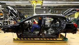 La confianza económica de la zona euro fue mucho mejor de lo esperado en diciembre gracias a un mayor optimismo en Francia, Alemania y Holanda y la subida de las expectativas de inflación al consumidor, dijo el viernes la Comisión Europea. En la foto de archivo, un empleado del fabricante de coches Mercedes Benz en una línea de producción en la planta de Rastatt en Alemania el 22 de enero de 2016.  REUTERS/Kai Pfaffenbach