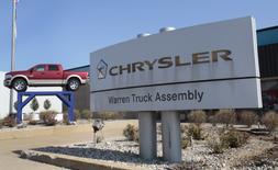Fiat Chrysler Automobiles, a annoncé dimanche qu'elle allait investir un milliard de dollars pour le rééquipement et la modernisation de deux usines situées dans le Midwest dont une produira des pickups utilitaires de type Ram actuellement fabriqués au Mexique. /Photo d'archives/REUTERS/Rebecca Cook