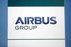 Airbus devrait annoncer mercredi une hausse de 8% de ses livraisons en 2016, dépassant les prévisions après avoir mis les bouchées doubles en fin d'année afin de rattraper ses retards. Selon un expert, le total pourrait atteindre 688 unités. /Photo d'archives/REUTERS/Benoit Tessier