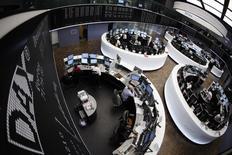 Les Bourses européennes sont quasiment toutes orientées en légère hausse mardi vers la mi-séance, les modestes pertes de la matinée ayant été effacées à la faveur de la remontée un peu plus franche des cours du pétrole et de l'envolée des valeurs liées aux matières premières, une configuration qui devrait également permettre à Wall Street d'ouvrir sur des gains infimes. A Paris, le CAC 40 grappille 0,08% (+3,85 points) à 4.891,45 points vers 11h20 GMT. À Francfort, le Dax gagne 0,18% et à Londres, le FTSE progresse de 0,42%, inscrivant un nouveau record. /Photo d'archvies/REUTERS/Alex Domanski