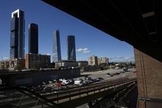 Espacio Inmobiliario empezará a construir a partir de marzo la quinta torre en la parte septentrional del Paseo de la Castellana de la capital española con una inversión superior a los 300 millones de euros, dijo el Ayuntamiento de Madrid en su página en Internet. En esta imagen de archivo del 5 de abril de 2016, las otras cuatro torres de la zona de la Castellana en Madrid. REUTERS/Juan Medina