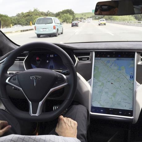 1月10日、米電気自動車(EV)メーカー、テスラ・モーターズは、自動運転システム「オートパイロット」のソフトウエア開発を指揮するポストに、米アップルのエンジニア、クリス・ラトナー氏を迎えることを明らかにした。写真は自動運転システム搭載のテスラ・モデルS。カリフォルニア州サンフランシスコで昨年4月撮影(2017年 ロイター/Alexandria Sage)