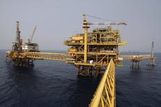 """Una plataforma de la petrolera estatal mexicana Pemex en el complejo """"Ku Maloob Zaap"""" en la Bahía de Campeche. 19 de abril de 2013. La petrolera estatal mexicana Pemex trató de que su mayor complejo productor de crudo, Ku Maloob Zaap (KMZ), pasara a un contrato de exploración y extracción sin socio para reducir el pago de impuestos, pero está retirando la petición que, según dos fuentes, hubiese sido rechazada. REUTERS/Victor Ruiz Garcia"""