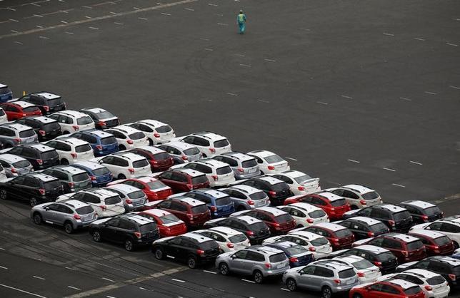 1月12日、金融庁は、自動車損害賠償責任保険審議会(会長=落合誠一・東京大学名誉教授)を開き、新年度契約分から自賠責保険の保険料引き下げを決めた。写真は川崎で昨年9月撮影(2017年 ロイター/Toru Hanai)