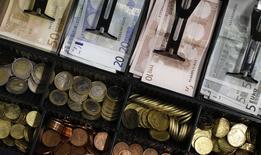 L'inflation calculée en moyenne annuelle est remontée à 0,2%  l'an passé en France après avoir été nulle, une première dans la période récente, en 2015. /Photo d'archives/REUTERS/Michaela Rehle