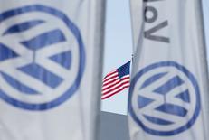 Una bandera estadounidense flamea junto a las banderas con el logo de Volkswagen en San Diego, California, Estados Unidos. 23 de septiembre 2015. Inversores de Volkswagen exigieron reformas y cuestionaron el pago de bonos a ejecutivos, después que la automotriz admitió haber incurrido en delitos al manipular pruebas de emisiones en vehículos diésel en Estados Unidos y que fiscales de ese país acusaran a seis actuales y ex gerentes por el escándalo. REUTERS/Mike Blake/File Photo