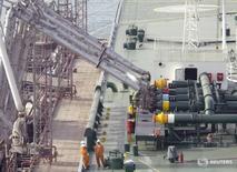 Imagen de archivo de empleados portuarios supervisando una carga de crudo en un tanquero en el puerto de Kuwait. 3 abril 2006. Kuwait redujo su bombeo de crudo más de lo que prometió en el marco del acuerdo global entre productores que apunta a recortar la oferta mundial, dijo el jueves el ministro kuwaití del Petróleo, Essam Al-Marzouq. REUTERS/Stephanie McGehee