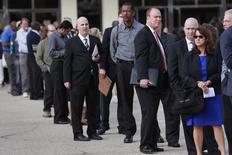 Unas personas en la fila de ingreso a una feria laboral para veteranos de las Fuerzas Armadas en Uniondale, EEUU, oct 7, 2014. El número de estadounidenses que presentaron nuevas solicitudes de subsidios por desempleo subió menos de lo esperado la semana pasada, pero la tendencia subyacente permaneció consistente con una mejoría del mercado laboral, que comienza a imprimir velocidad al crecimiento salarial.  REUTERS/Shannon Stapleton/File Photo