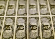 Billetes de un dólar en la Casa de la Moneda de Estados Unidos en Washington, nov 14, 2014. El dólar cayó el jueves a un mínimo de cinco semanas frente a una cesta de monedas y se encaminaba a su peor desempeño semanal desde noviembre, afectado por la pérdida de confianza en la reactivación de la economía de Estados Unidos un día después de una conferencia de prensa del presidente electo Donald Trump.  REUTERS/Gary Cameron/File Photo