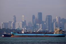 Танкеры у берегов Сингапура 8 июня 2016 года. Цены на нефть малоподвижны в ходе утренних торгов в пятницу, так как сомнения в следовании производителями пакту ОПЕК сохраняются, несмотря на начало сокращения добычи некоторыми из членов картеля. REUTERS/Edgar Su/File Photo