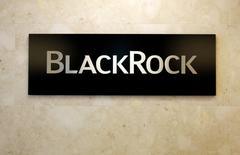 BlackRock Inc, el mayor gestor de activos del mundo, anunció el viernes unas ganancias trimestrales mejores de lo esperado al reducir sus gastos con los inversores irrumpiendo en fondos de menor coste para aprovechar el rally de fin de año. En esta imagen de archivo, se ve el logo de BlackRock en su sede de Tokio, el 20 de octubre de 2016. REUTERS/Toru Hanai