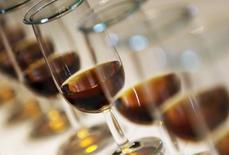 Les exportations de cognac ont établi un nouveau record en 2016 tant en volume (179,1 millions de bouteilles) qu'en valeur (2,76 milliards d'euros), a annoncé vendredi le Bureau national interprofessionnel du cognac. /Photo d'archives/REUTERS/Regis Duvignau