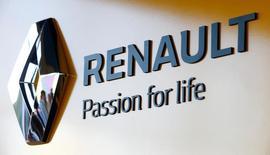 El logo de Renault en una concesionaria de la compañía en Minsk, jun 9, 2016. Las autoridades ampliaron el viernes sus pesquisas sobre manipulación de emisiones diésel para incluir a automotrices europeas, al abrir Francia una investigación sobre Renault mientras que funcionarios británicos pidieron información a Fiat Chrysler Automobiles NV.  REUTERS/Vasily Fedosenko