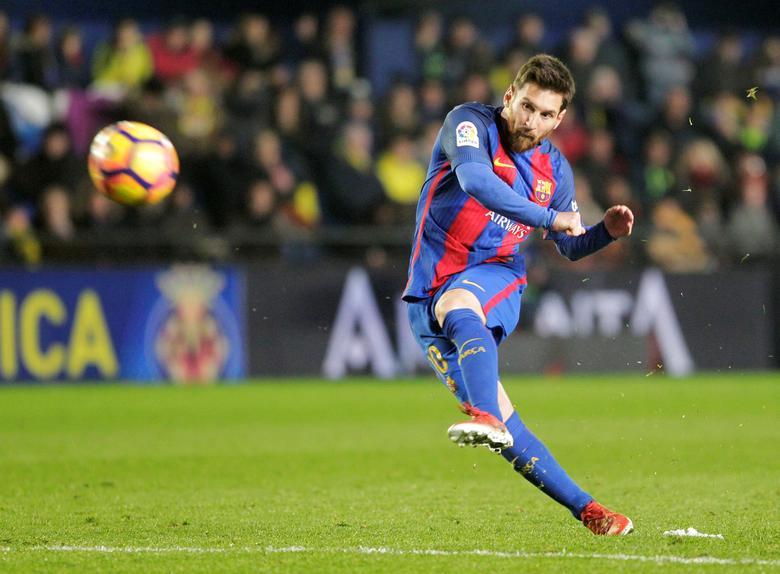Football Soccer - Spanish Liga - Villarreal v Barcelona - Ceramic Stadium - Villarreal, Spain, 08/01/17.  Barcelona's Lionel Messi shoots to score. REUTERS/Heino Kalis