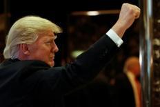 En esta imagen de archivo, Trump gesticula en la entrada de la Torre Trump en Nueva York, el 13 de enero de 2017.El Fondo Monetario Internacional elevó el lunes su proyección sobre el crecimiento económico de Estados Unidos en 2017 y 2018 basado en los planes fiscales del presidente electo, Donald Trump, aunque advirtió que eso será contrarrestado en su mayor parte por un crecimiento más débil en mercados emergentes clave. REUTERS/Shannon Stapleton
