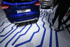 El fabricante estadounidense de automóviles Ford llamará a talleres a 4.500 vehículos de su modelo Kuga que se vendieron en Sudáfrica, después de decenas de informes que señalaron que los vehículos se incendian de manera espontánea, dijo el lunes el jefe de la filial sudafricana de la compañía. En la imagen, unos visitantes pasan junto a un Ford Kuga en una feria de automóviles en Fráncfort, el 16 de septiembre de 2015.  REUTERS/Ralph Orlowski