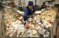 Прилавок с сырами в продуктовом магазине в Москве. 7 августа 2014 года. Инфляция в РФ в январе 2017 года составит 5,0-5,2 процента в годовом выражении, в месячном - 0,6-0,8 процента, говорится в опубликованном в понедельник еженедельном мониторинге Минэкономразвития. REUTERS/Maxim Zmeyev
