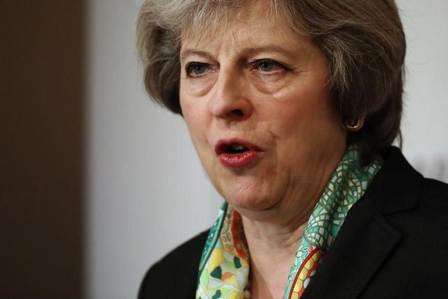 1月16日、英首相官邸によると、メイ首相はEU離脱(ブレグジット)交渉について17日に行う演説で、加盟の一部を維持するような合意は目指さない考えを表明する。写真は9日、ロンドンのイングランド及びウェールズ慈善事業委員会でスピーチするメイ首相(2017年 ロイター/Dan Kitwood)