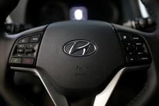 El logo de Hyundai se puede ver en el volante en una automora en Seúl, Corea del Sur.15 de diciembre 2016.Hyundai Motor Group dijo que planea aumentar la inversión en Estados Unidos en un 50 por ciento a 3.100 millones de dólares en cinco años y podría construir una nueva fábrica en ese país, tras las amenazas del presidente electo estadounidense, Donald Trump, de gravar fuertemente las importaciones de vehículos.REUTERS/Kim Hong-Ji