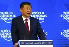 Presidente chinês, Xi Jinping, durante discurso no Fórum Econômico Mundial, em Davos.    17/01/2017         REUTERS/Ruben Sprich