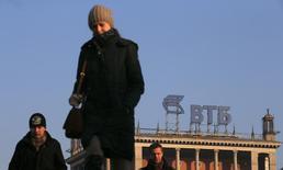 Логотип ВТБ на здании в Москве 20 ноября 2014 года. Глава российского госбанка ВТБ Андрей Костин заявил российским СМИ в Давосе, что Минфин РФ будет иметь хорошие возможности для размещения евробондов РФ весной 2017 года. REUTERS/Maxim Zmeyev