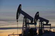 Насосы-качалки на нефтяном месторождении Имилорское, принадлежащем Лукойлу. Цены на нефть развернулись в минус в ходе вечерних торгов в среду, так как прогноз роста добычи в США перевесил оптимизм ОПЕК относительно снижения избытка предложения на мировом рынке в 2017 году.  REUTERS/Sergei Karpukhin/Files