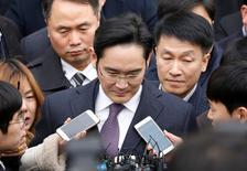 Samsung Group chief, Jay Y. Lee, leaves after attending a court hearing to review a detention warrant request against him at the Seoul Central District Court in Seoul, South Korea, January 18, 2017.   REUTERS/Kim Hong-Ji