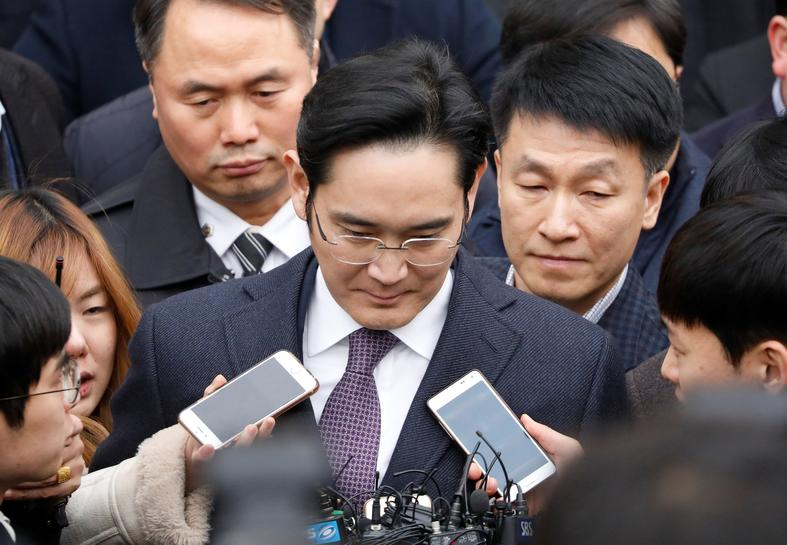 Samsung chief allowed home, prosecutor vows to keep chasing
