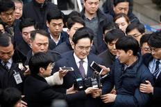 """Le procureur spécial chargé de l'enquête sur l'affaire de trafic d'influence autour de la présidente sud-coréenne a dit jeudi """"regretter profondément"""" le rejet par un tribunal de Séoul de  sa demande de délivrer un mandat d'arrêt contre le patron du groupe Samsung, Jay Y. Lee (centre). /Photo prise le 18 janvier 2017/REUTERS/Kim Hong-Ji"""