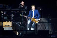 El ex integrante de The Beatles Paul McCartney demandó el miércoles al brazo editorial de Sony Corp en un tribunal federal de Nueva York, buscando recuperar los derechos de autor de 267 canciones de la banda que la estrella del pop Michael Jackson compró dos décadas antes de su muerte. En la imagen, Paul McCartney actúa en el festival de Roskilde en Dinamarca, el 4 de julio de 2015. REUTERS/Jens Noergaard Larsen/Scanpix Denmark