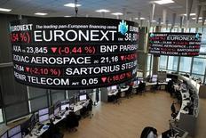 Les Bourses européennes sont en léger repli jeudi à la mi-séance et Wall Street est attendue sans grand changement. À Paris, l'indice CAC 40 recule de 0,08% (3,91 points) à 4.849,49 points vers 11h40 GMT. À Francfort, le Dax est stable et à Londres, le FTSE abandonne 0,46%. /Photo prise le 14 décembre 2016/REUTERS/Benoit Tessier