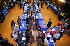 Les inscriptions hebdomadaires au chômage aux Etats-Unis ont enregistré une baisse inattendue lors de la semaine au 14 janvier, à 234.000 contre 249.000 (révisé) la semaine précédente. /Photo d'archives/REUTERS/Brian Snyder
