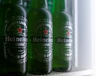 Heineken, la segunda empresa cervecera más grande del mundo, dijo el viernes que estaba en conversaciones con su rival japonés Kirin Holdings Co Ltd para adquirir el atribulado negocio de la empresa asiática en Brasil. En la imagen, botellas de Heineken en una foto ilustrativa en un frigorífico de Viena, el 18 de octubre de 2016. REUTERS/Heinz-Peter Bader