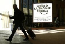 Un asistente sale del Salón del Congreso durante la reunión anual del WEF en Davos, Suiza. 20 de enero 2017. La globalización es buena. Es el mensaje que los líderes de los países en desarrollo quieren enviar desde el Foro Económico Mundial de Davos al presidente electo de Estados Unidos, Donald Trump, que asume el cargo el viernes. REUTERS/Ruben Sprich