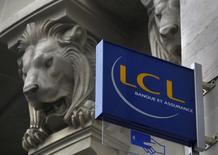 Le Crédit agricole a annoncé vendredi l'inscription d'une charge de 491 millions d'euros sur sa filiale LCL à cause du bas niveau des taux d'intérêt qui affectera le résultat net 2016, mais le groupe bancaire a réaffirmé les objectifs de son plan stratégique à moyen terme. /Photo d'archives/REUTERS/Mal Langsdon