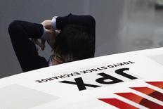La Bourse de Tokyo a clôturé en nette baisse lundi en raison notamment des répercussions sur les exportateurs d'un yen fort et des craintes que suscitent les visées protectionnistes que l'on prête au président américain Donald Trump. /Photo d'archives/REUTERS/Yuya Shino