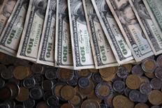 En la imagen, pesos mexicanos y dólares estadounidenses.  3 noviembre 2016. El peso mexicano extendía su repunte del viernes y se fortalecía un 0,8 por ciento para negociar el lunes a 21,4064 unidades por dólar, su nivel más alto en dos semanas.REUTERS/Edgard Garrido