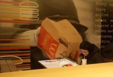 Посетитель McDonald's в Пекине 9 января 2017 года. Сопоставимые продажи в ресторанах McDonald's Corp в четвертом квартале снизились не так сильно, как ожидали аналитики, благодаря высокому спросу на круглосуточные завтраки. REUTERS/Jason Lee