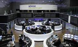 Operadores trabajando en la bolsa alemana en Fráncfort, ene 23, 2017. Las acciones europeas cerraron en alza el martes pese al inicio adverso de la temporada de resultados corporativos, con advertencias de BT Group y Aryzta que hicieron caer con fuerza sus títulos en el mercado.  REUTERS/Staff/Remote