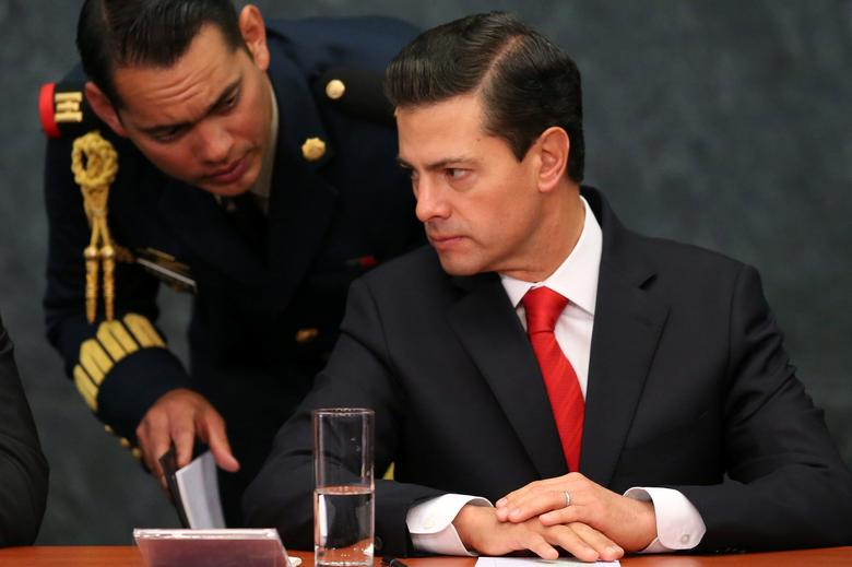 Mexico's President Enrique Pena Nieto speaks with an assistant during the deliver of a message about foreign affairs at Los Pinos presidential residence in Mexico City, Mexico, January 23, 2017. REUTERS/Edgard Garrido