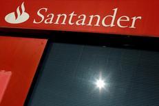 Banco Santander anunció el miércoles un aumento  interanual del 4,0 por ciento en su resultado de 2016, algo por encima de las previsiones de los analistas, aupado por la buena marcha de su negocio en Brasil y la recuperación en España. En la imagen, un logo de Santander en una sucursal de Sevilla, España, el 27 de enero de 2016.  REUTERS/ Marcelo del Pozo/File Photo