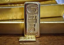 Золотые слитки. Золото в среду дешевеет на фоне роста фондовых рынков и свежих надежд на то, что президент США Дональд Трамп увеличит бюджетные расходы. REUTERS/Mariya Gordeyeva